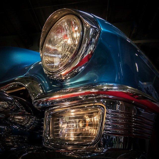 modré auto, kulaté světlo