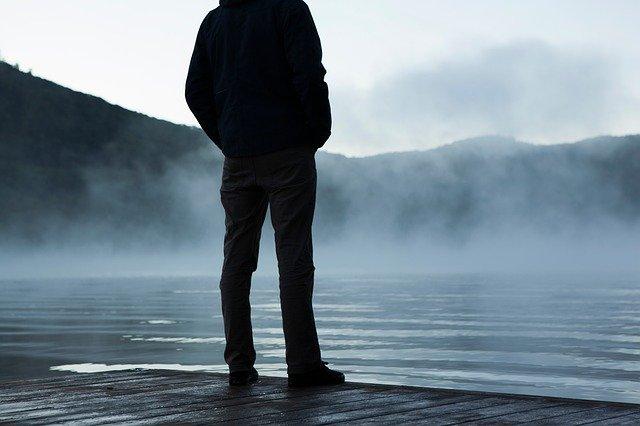 muž v mlze