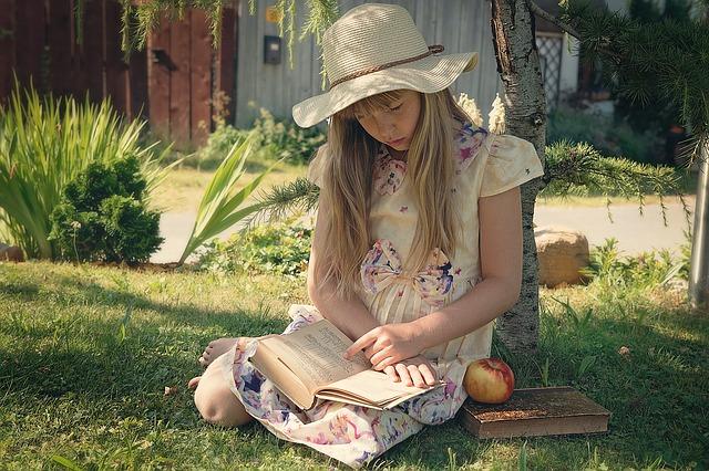 čtení u stromu