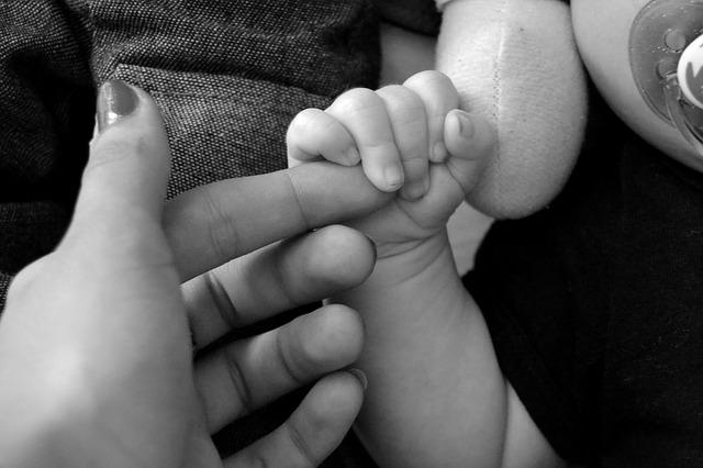 miminko drží prst