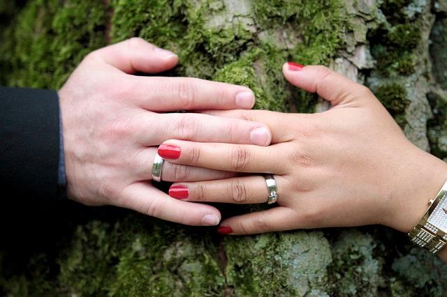 ruce se svatebními prstýnky