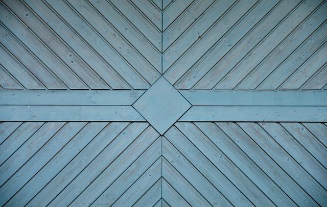 pohled zblízka na dřevěné dveře garáže
