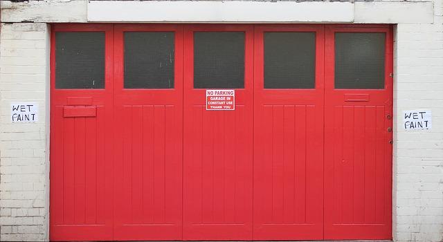 dřevěná červená garáž